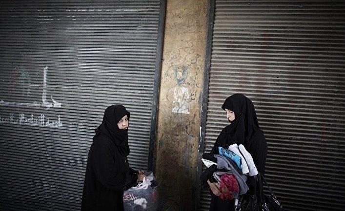Женщины покидают свои дома в Алеппо во время военных действий