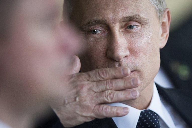 Владимир Путин посылает воздушный поцелуй
