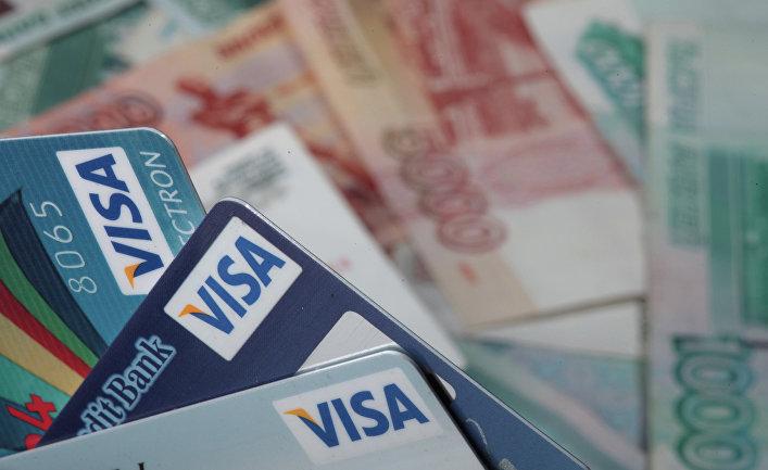 Пластиковые карты Visa и денежные купюры достоинством 1000 и 5000 рублей.