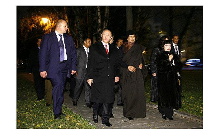 Владимир Путин, Муамар Каддафи и певица Мирей Матье направляются в Тайницкий парк