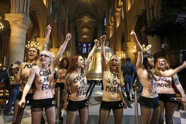 Активистки движения Femen в Соборе Парижской Богоматери