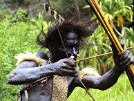 Индеец племени дани на охоте