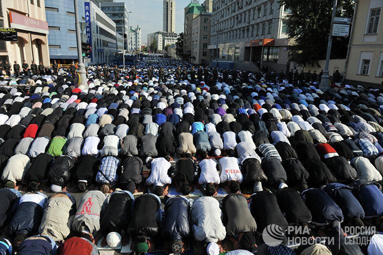Мусульмане молятся в праздник Ураза-Байрам у Соборной мечети на Проспекте Мира