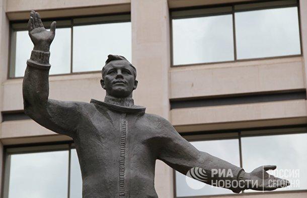 Памятник Юрию Гагарину в Лондоне у здания штаб-квартиры Британского Совета