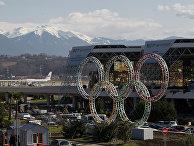 Олимпийские кольца у здания сочинского аэропорта