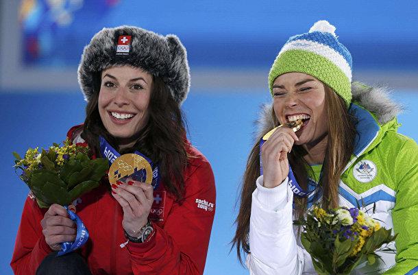 Доминика Гизин (Швейцария) и Тина Мазе (Словения), разделившие золото в соревнованиях по скоростному спуску в Сочи