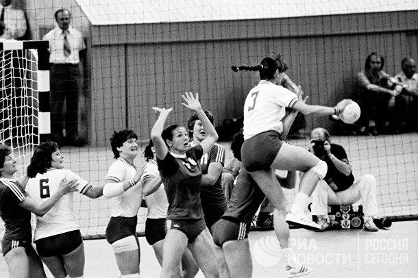 Гандболистки сборных команд СССР и ГДР во время соревнований по ручному мячу на XXII Олимпийских играх в Москве