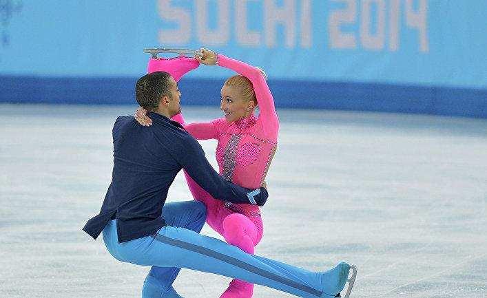 Алена Савченко и Робин Шолковы (Германия) выступают в короткой программе парного катания