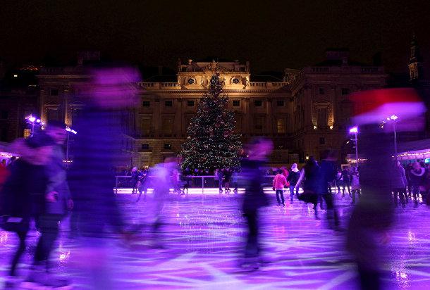 Рождественская елка у катка в Лондоне