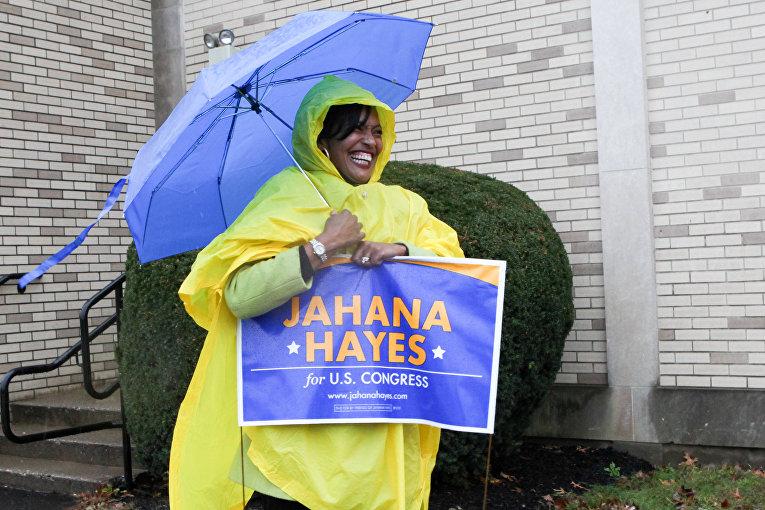 Сторонница кандидата от демократов Джахана Хейси на избирательном участке в Уотербери, штат Коннектикут