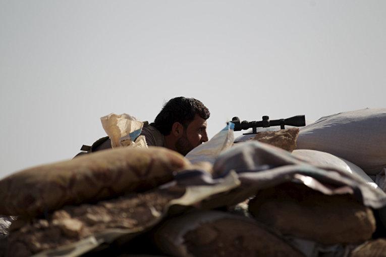 Боец Свободной сирийской армии рядом с городом Морек в провинции Хама
