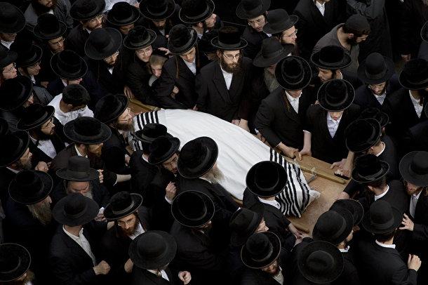 Ортодоксальные евреи на похоронах Йешаягу Киршавски, погибшего в одной из атак палестинцев на израильтян в Иерусалиме