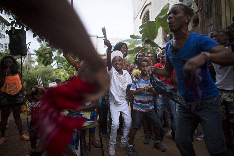 Енси Вильяреаль празднует становление сантеро после годового обряда посвящения