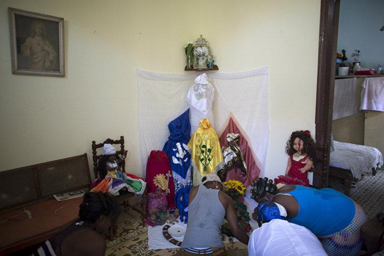 Последователи сантерии молятся перед ритуалом кабильдо