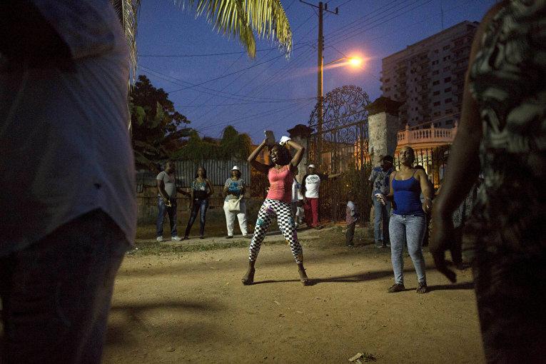 Женщина танцует на празднике последователей сантерии
