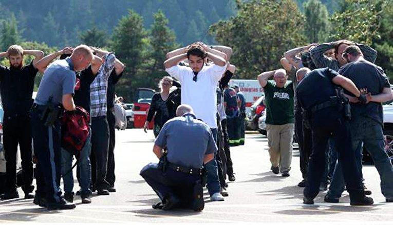 Полиция проверяет сумки студентов и персонала колледжа, в котором произошла стрельба. Орегон, США