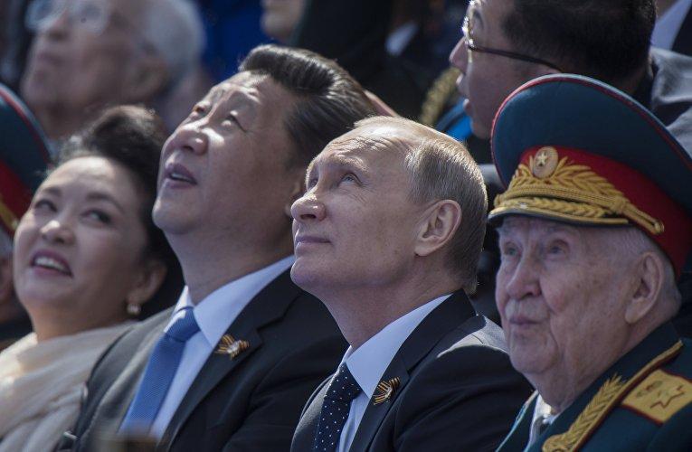 Президент Российской Федерации Владимир Путин и председатель Китайской Народной Республики Си Цзиньпин с супругой Пэн Лиюань во время военного парада в ознаменование 70-летия Победы в Великой Отечественной войне