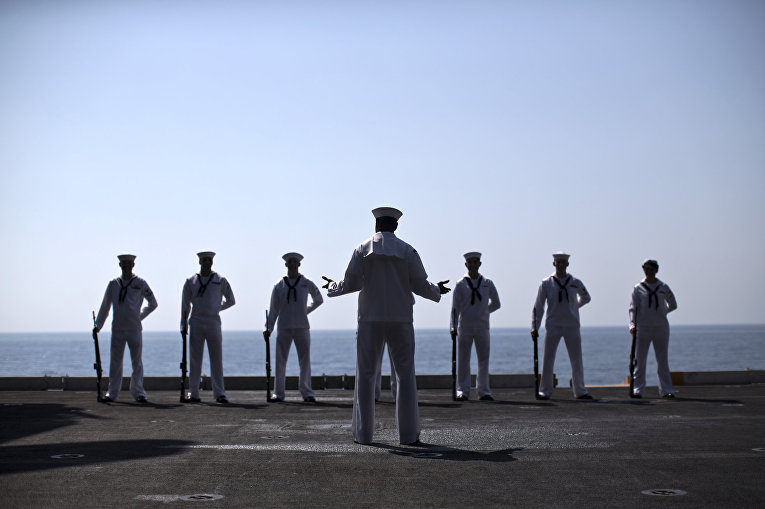 Моряки военно-морского флота США на борту авианосца «Теодор Рузвельт» во время церемонии памяти погибших во время терактов 11 сентября