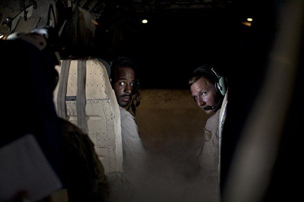 Пилоты грузового самолета готовятся к посадке на палубе авианосца «Теодор Рузвельт»