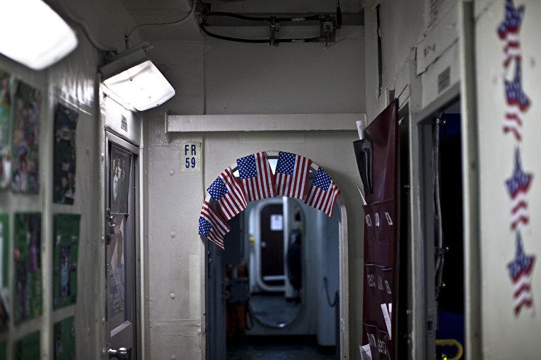 Флажки на дверном проеме внутри авианосца «Теодор Рузвельт»
