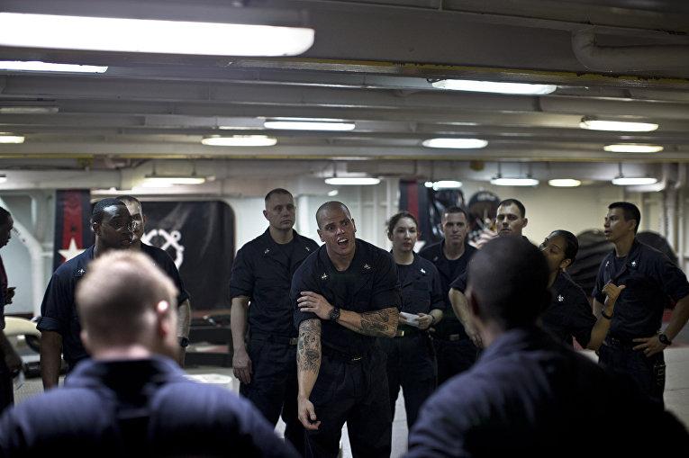 Унтер-офицеры, старшины 1-й статьи, готовящиеся к повышению в звании, на борту авианосца «Теодор Рузвельт»