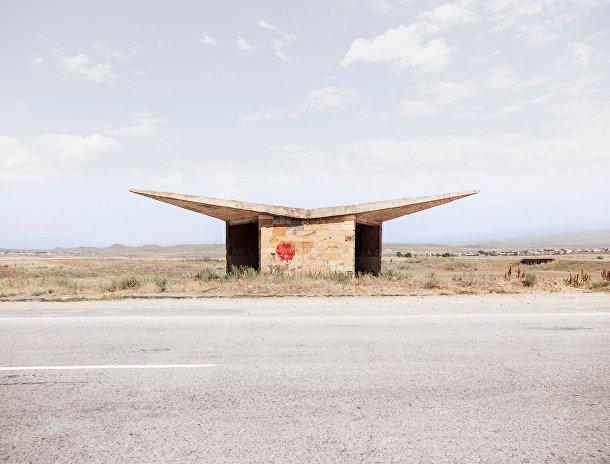 Автобусная остановка в городе Саратак, Армения