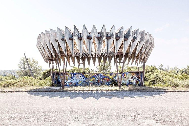 Автобусная остановка в городе Пицунда, Абхазия