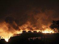 Горящие здания склада опасных веществ в промышленном городе Тяньцзине