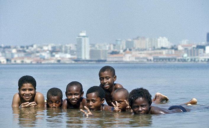 Дети на пляже в Луанде