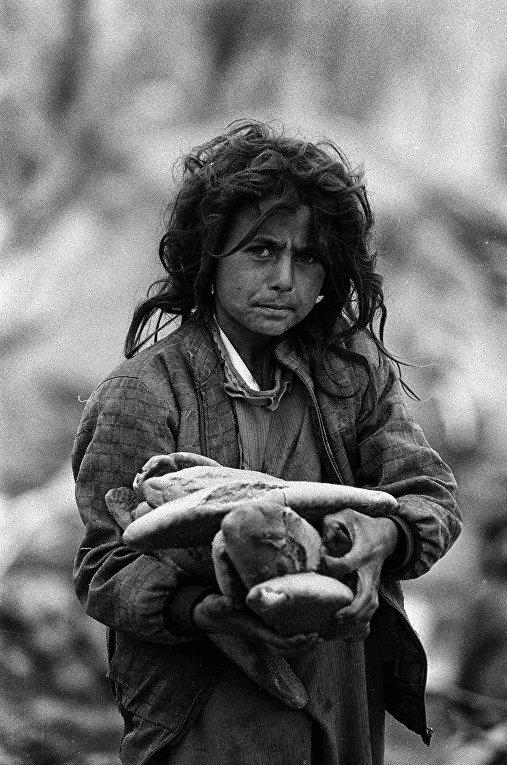 Девочка в лагере для беженцев Чукурджа в Турции, 1991 год