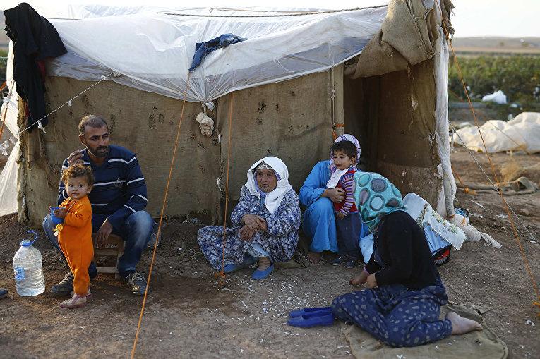 Беженцы из Кобани в лагере в городе Сурук