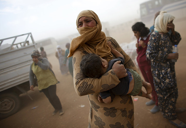 Сирийские курды переходят границу с Турцией рядом с городом Сурук