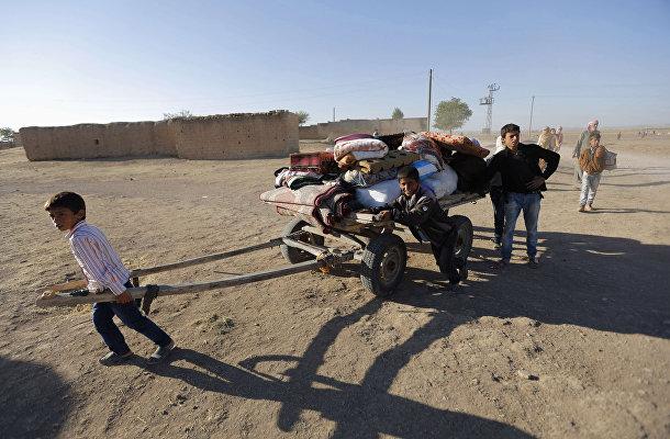 Беженцы из Сирии пришли в город Сурук после пересечения границы с Турцией