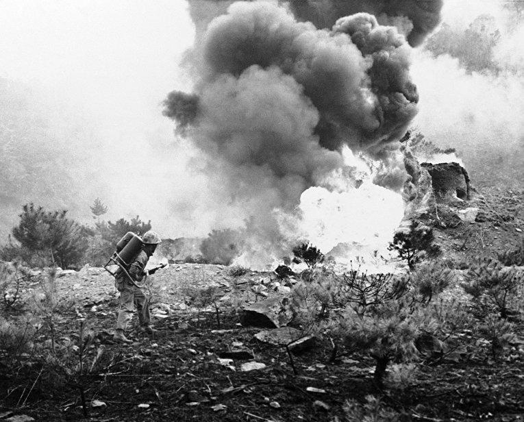 Американский солдат стреляет из огнемета, Корейская война 1950-1953 годов