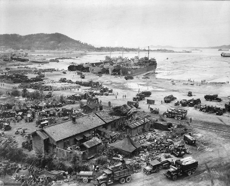 Американские десантные корабли в порту Инчхона