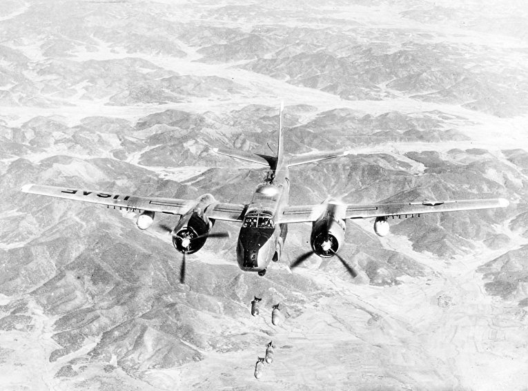 Дуглас A-26 «Инвэйдер» бомбит объекты в Северной Корее