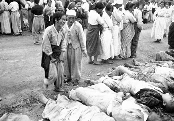 Тела жителей Хамхына, убитых северокорейскими солдатами