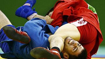 Аймерген Аткунов (Россия) и Ислам Гасумов в соревнованиях по самбо в весовой категории до 57 кг на I Европейских играх в Баку