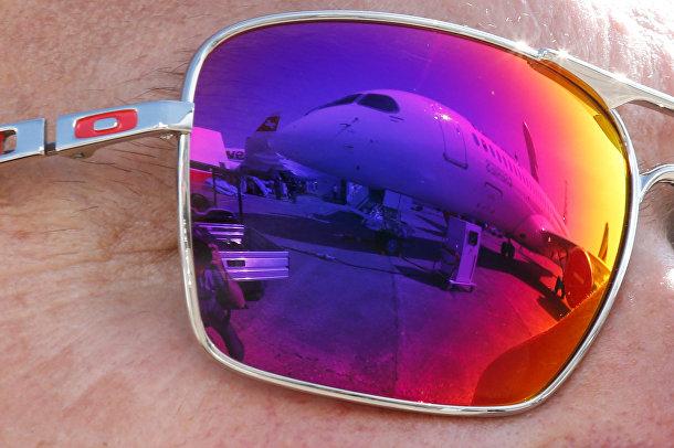 Самолет Bombardier CS300 отражается в очках зрителя за два дня до открытия 51-го Международного аэрокосмического салона в Ле-Бурже