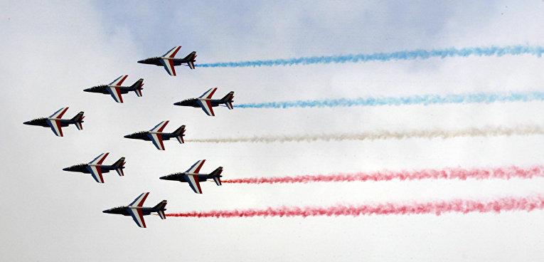 Пилотажная группа The Patrouille de France выступает на открытии 51-го Международного аэрокосмического салона в Ле-Бурже