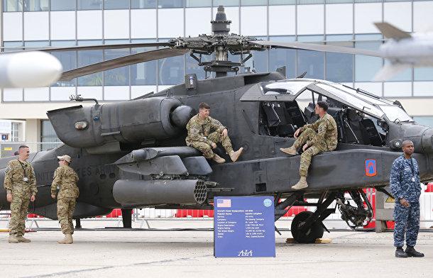 Американские военные у вертолета Boeing AH-64 Apache накануне открытия 51-го Международного аэрокосмического салона в Ле-Бурже