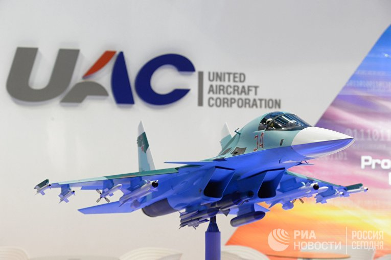 Макет самолета-истребителя СУ-32 на стенде российской компании UAC на 51-м международном парижском авиасалоне Paris Air Show - Le Bourget 2015