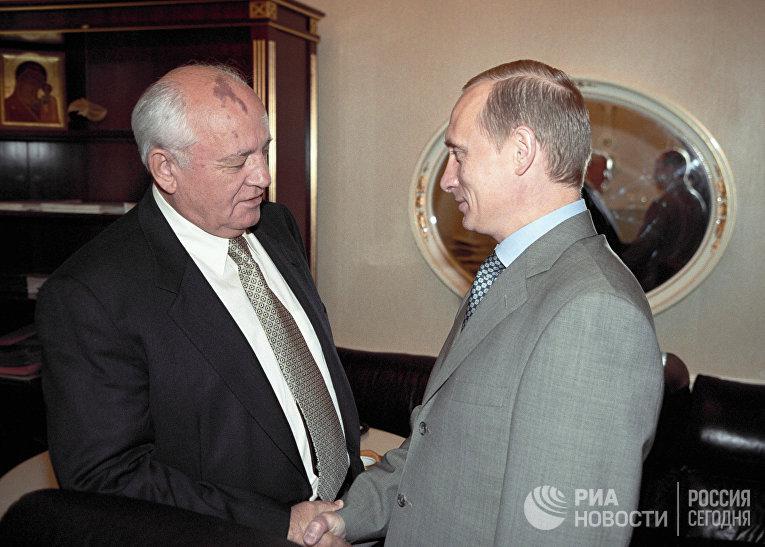 Президент РФ Владимир Путин (справа) встречается с экс-президентом СССР Михаилом Горбачевым (слева)