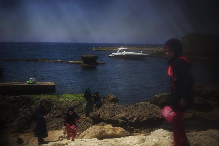 Семья отдыхает в Джубейле (Библе), фотография сделана через никаб