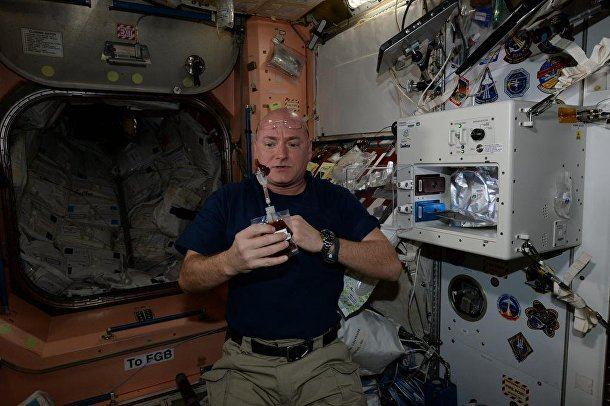 Астронавт Скотт Келли пьет кофе на борту МКС