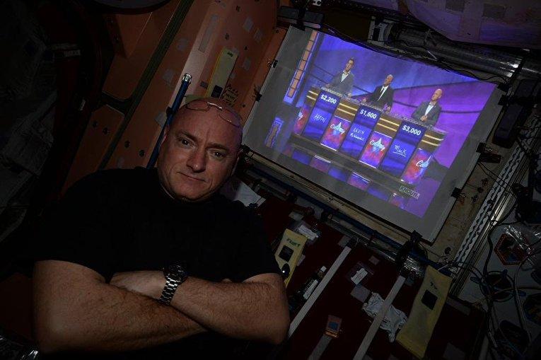 Астронавт Скотт Келли смотрит шоу, в котором участвует его брат Марк