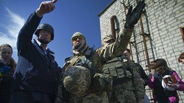Первый заместитель СММ ОБСЕ Александр Хуг и украинский военный СЦКК в Авдеевке, Украина