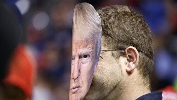 Участник митинга в маске президента США Дональда Трампа в Уилкс Барре, штат Пенсильвания