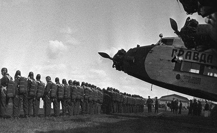 Парашютисты перед посадкой в самолет