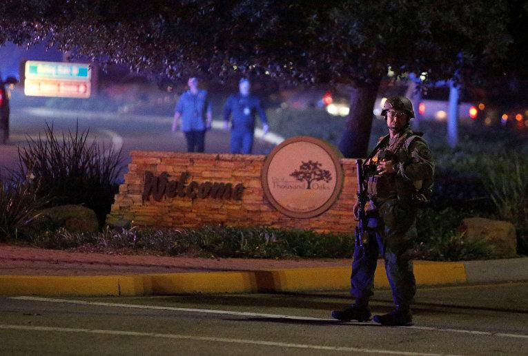 Полицейский после массовой стрельбы в баре в Таузанд-Оакс